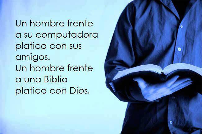 Un hombre frente a su Biblia
