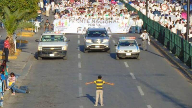 Niño intenta detener marcha pacífica contra matrimonio gay