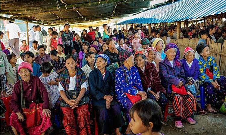 Pueblo asiático quema ídolos tras convertirse a Cristo