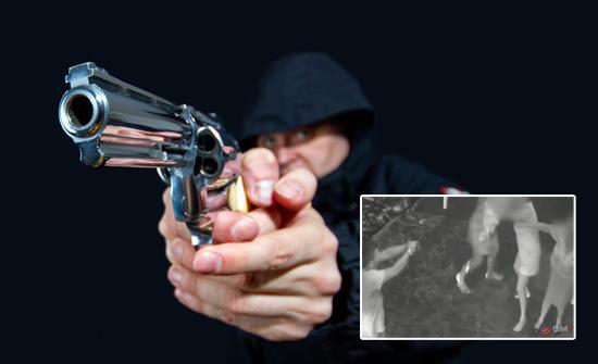 Mujeres oran durante asalto y arma de ladrón se traba al disparar