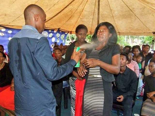 ¡Herejías! Pastor usa insecticida para curar enfermedades en África del Sur