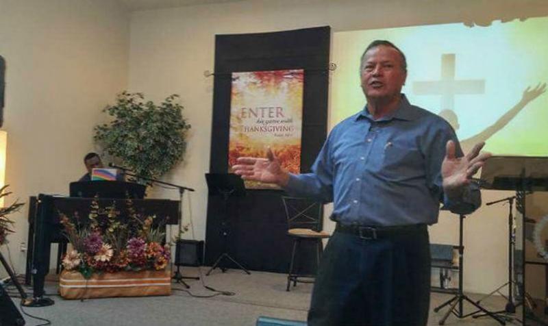 Pastor muere mientras alababa a Dios en un culto