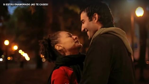 'Si estás enamorado ¡no te cases!': video viral inspirado en Corintios