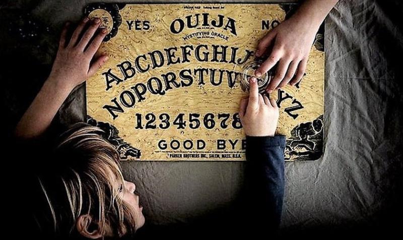Maestra suspendida por jugar 'Ouija' con sus alumnos