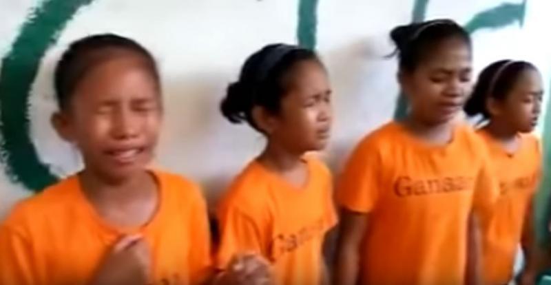 Niños filipinos lloran durante culto emocionando en redes sociales