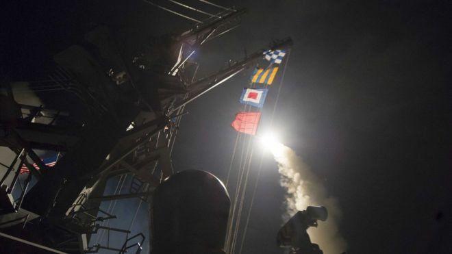 """Estados Unidos bombardea base siria en respuesta """"al terrible ataque con armas químicas"""" del que acusa a Bashar al Asad"""