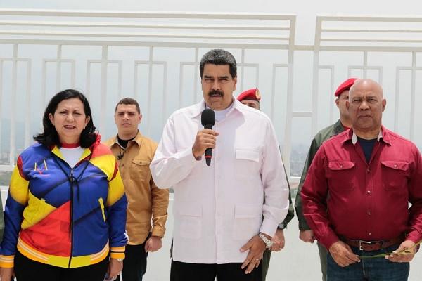 """Maduro: """"Iglesia evangélica dejará de ser una asociación civil"""""""