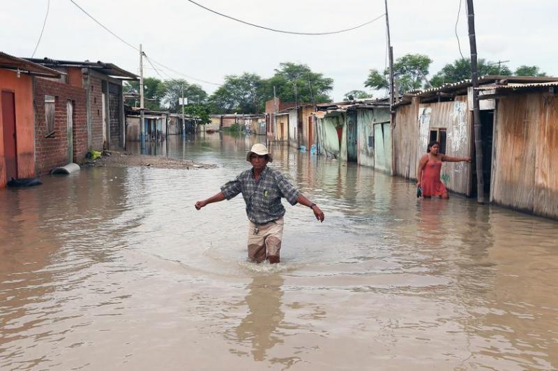Sólo biblias piden pueblo que fue arrasado por inundaciones en Perú