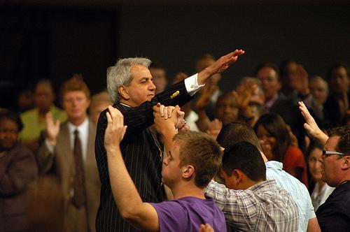 Benny Hinn lanzará una red cristiana destacando el poder de Dios
