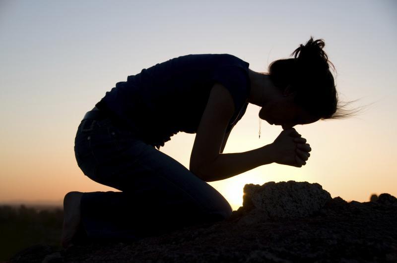 """Encuesta: 1 de 4 """"ateos o agnósticos"""" recurren a la oración cuando enfrentan crisis"""