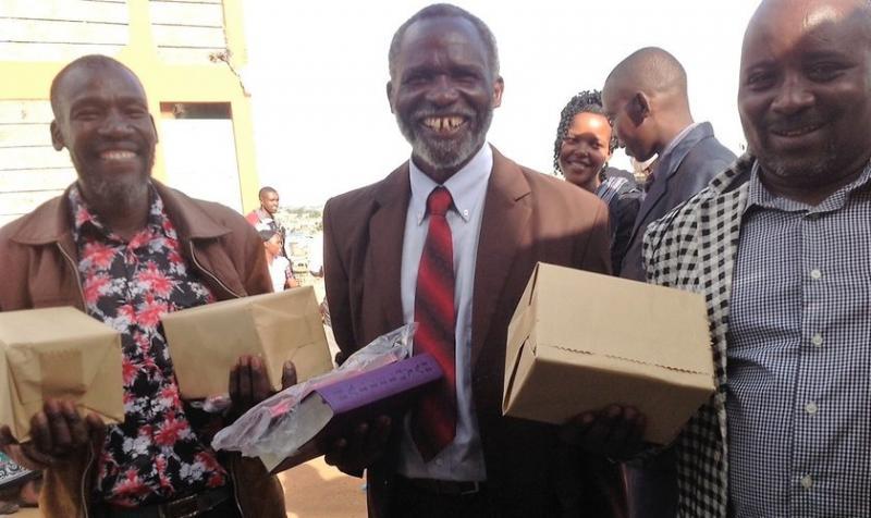 Misioneros distribuyen millones de biblias que ya no se utilizan