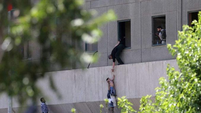 Ataque de ISIS en Irán: 12 muertos en el Parlamento iraní y un ataque suicida en el mausoleo de Khomeini
