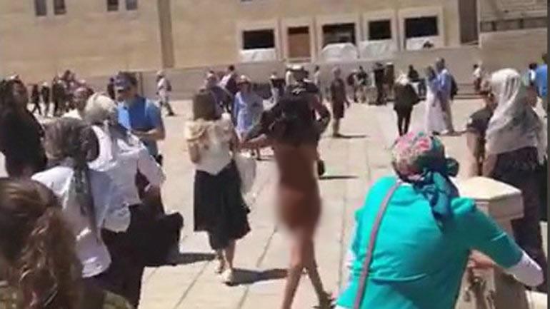 Mujer se desnuda en el Muro Occidental