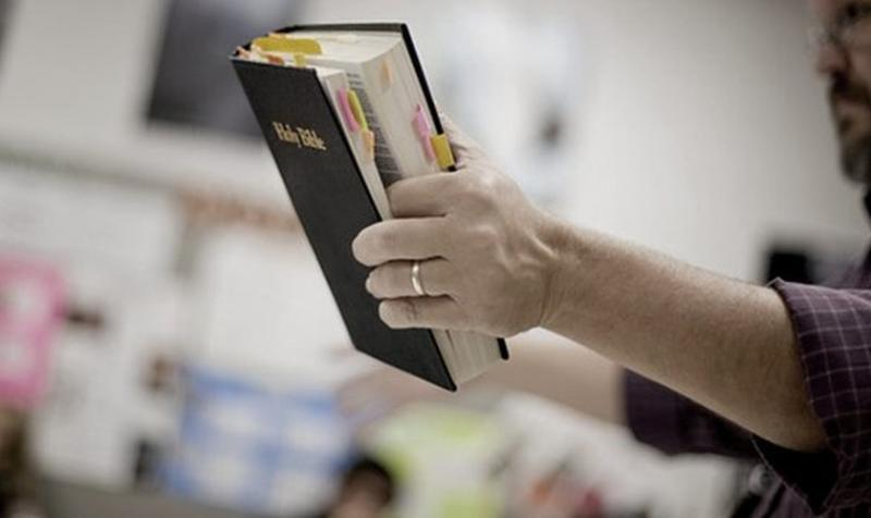 """Biblia considerada libro """"homofóbico"""" y prohibida en escuelas"""