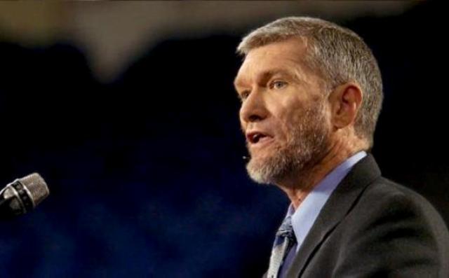 """Teólogo: Las iglesias están """"debilitando"""" el evangelio para ser aceptadas"""