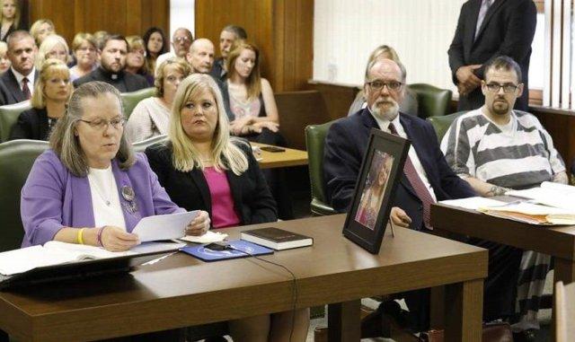 Madre entrega una Biblia al asesino de su hija