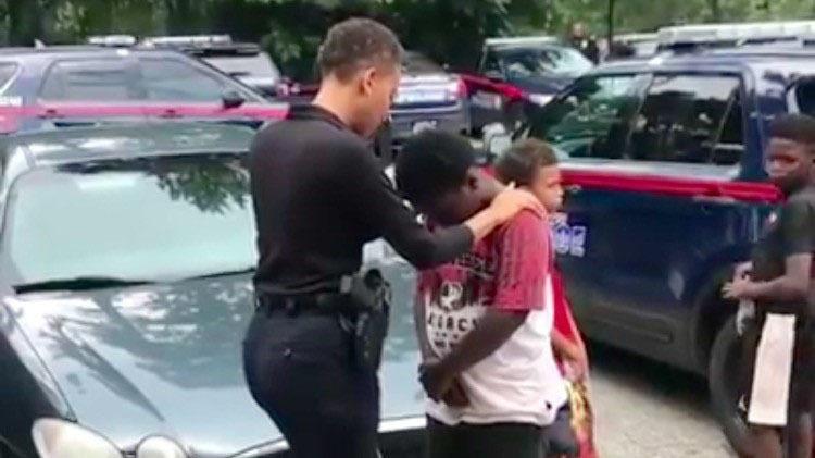 Viral video de policía orando por un niño de la periferia