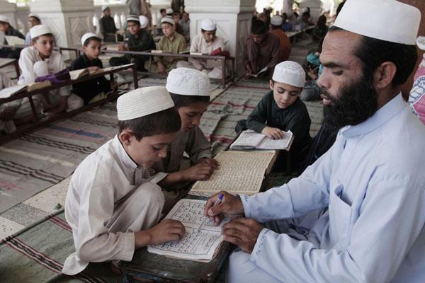 Escuela musulmana financiado por Reino Unido promueve la violación y la violencia doméstica