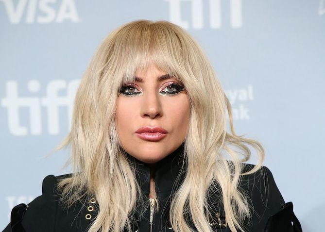 Lady Gaga aparece orando con un rosario tras padecer problemas de salud mental