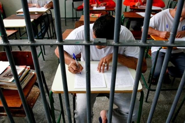 Profesor premiado por usar Biblia para enseñar historia a presos