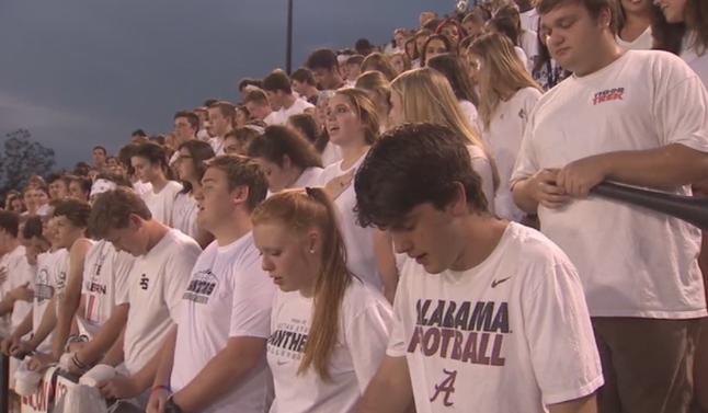 Multitud ora el 'Padre Nuestro' en juego de fútbol tras queja de ateos