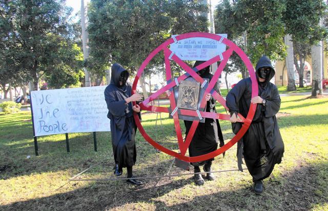 """Pastor promete derribar monumento a Satanás que dirá """"una nación bajo el Anticristo"""""""
