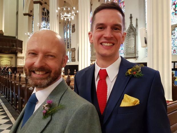 Activistas vencen disputa e iglesia celebra primer matrimonio gay en templo