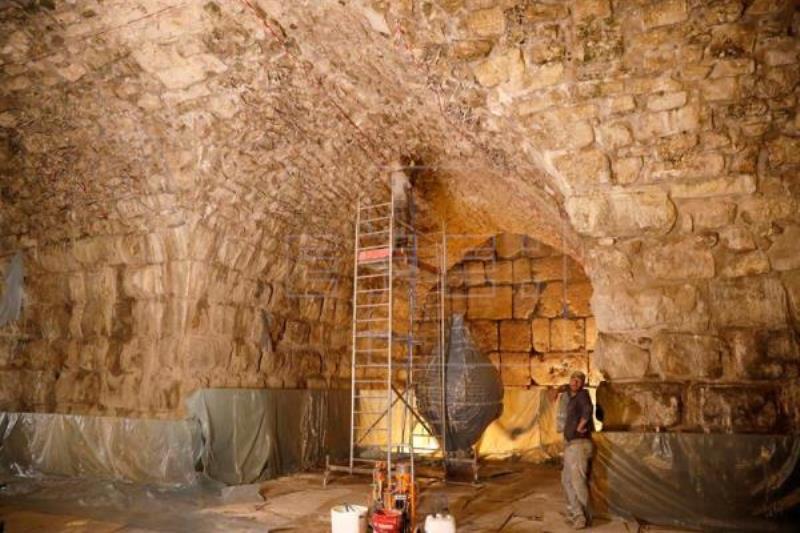 """Arqueólogos descubren """"anfiteatro perdido"""" bajo Muro de Lamentaciones"""