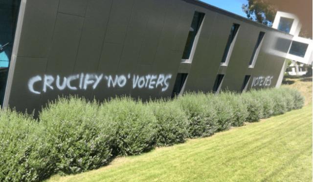 Militantes LGBT vandalizan iglesias y piden que cristianos sean crucificados
