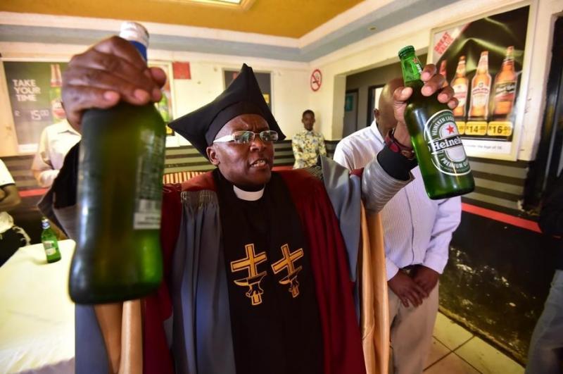 Insólito: Pastor usa bebidas alcohólicas para bautismos y exorcismos