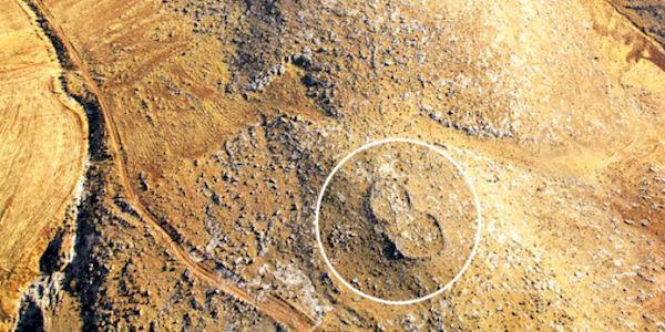 Arqueólogos desconcertados llaman huellas de Dios a rocas gigantes en forma de sandalia