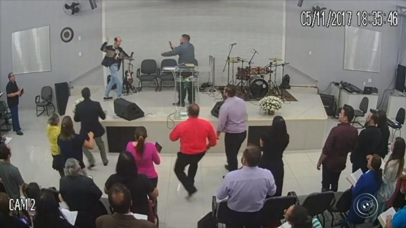 "Hombre intenta apuñalar a pastor en culto para ""probar si Dios era Dios"""