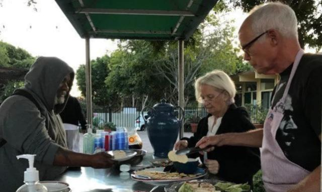 Prohíben a iglesia evangélica ayudar a personas sin hogar en EEUU