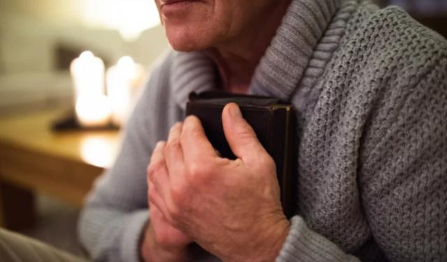 Prohíben a anciano leer su Biblia en una acera pública en Estados Unidos