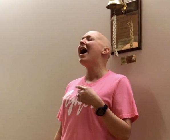 Mujer celebra victoria contra cáncer alabando a Dios en hospital