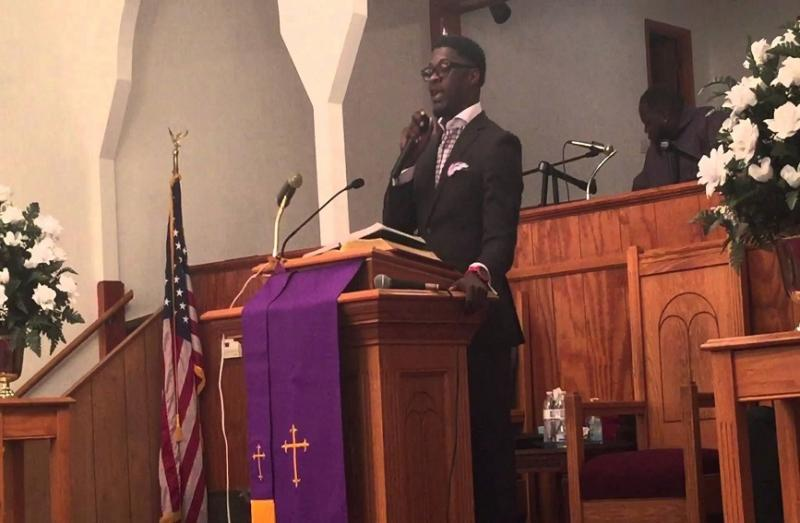 """Pastor y cantante Shawn Jones muere mientras cantaba """"Digno es Él"""""""