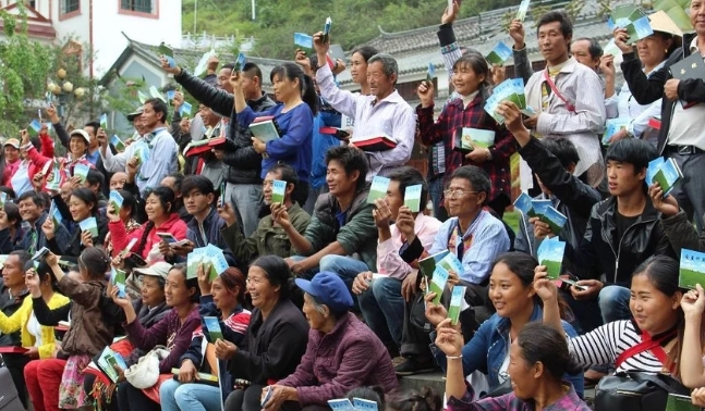 Misioneros se arriesgan para distribuir biblias a refugiados, en Albania