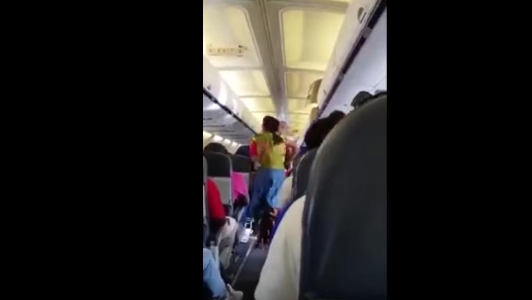 """Mujer """"tomada por Espíritu"""" en avión habría librado a pasajeros de accidente fatal"""