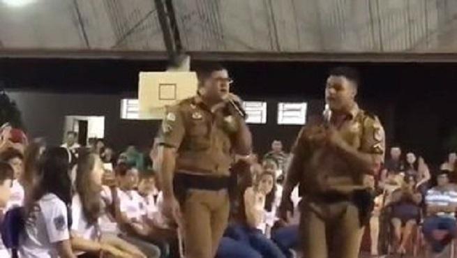 Viral video de policías alabando a Jesús en escuela pública
