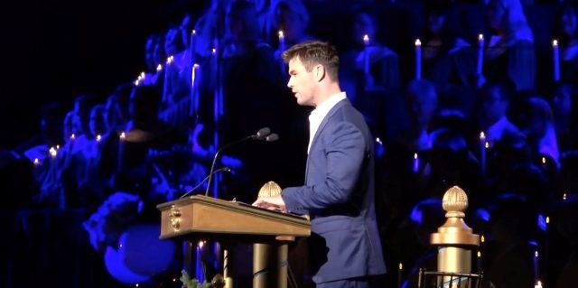 """Chris Hemsworth """"Thor"""" lee la Biblia en parque de Disney para miles de personas"""