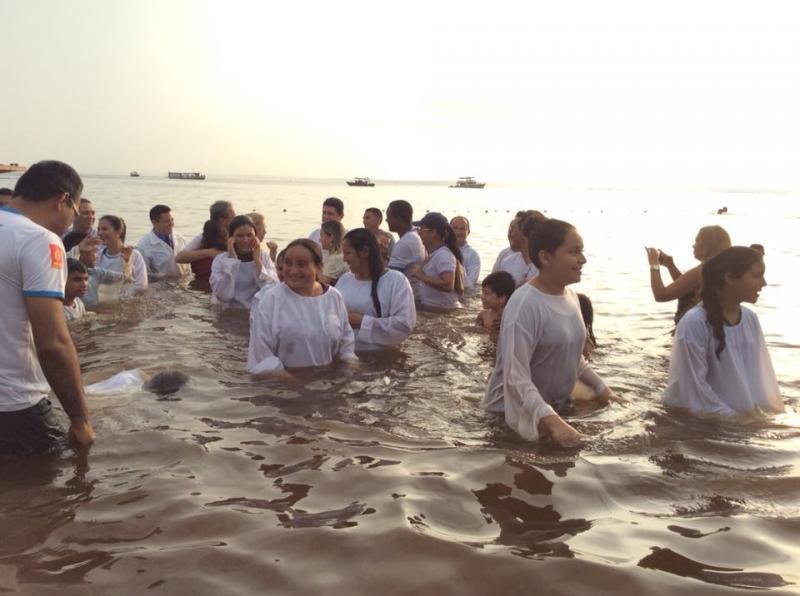 Asambleas de Dios bautizan a más de 12 mil personas el mismo día