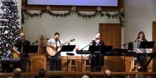 Iglesias tocan música de los Beatles para enseñar sobre la Navidad