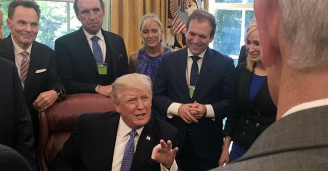 Pastor salva al presidente Trump de mordedura de araña venenosa