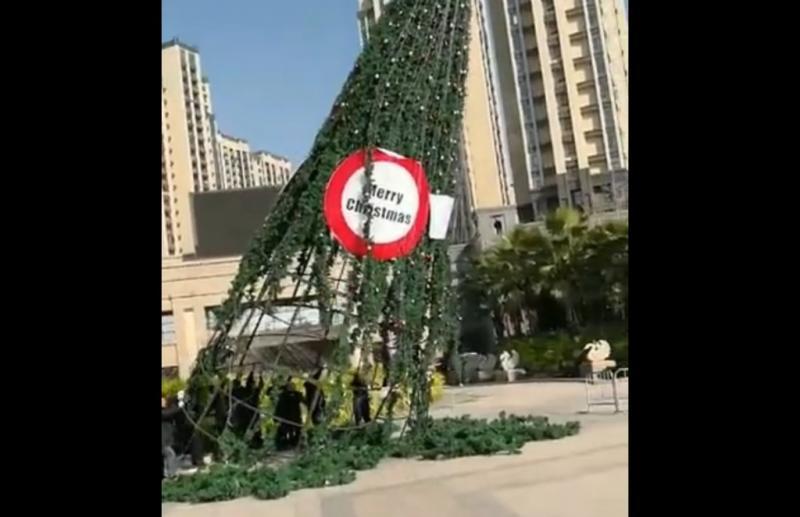 China derriba árboles de Navidad y espía a las iglesias