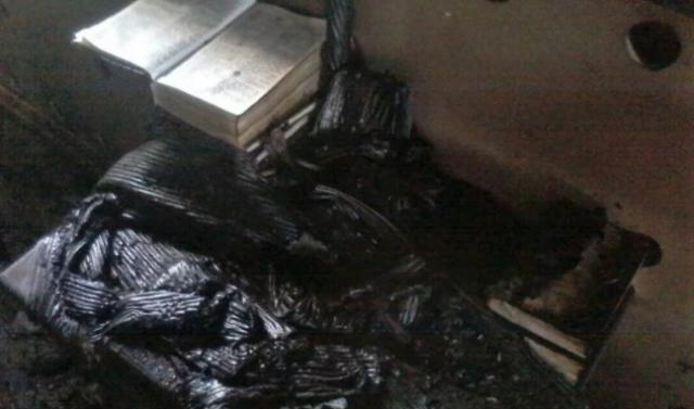 Biblia encontrada intacta tras ser incendiada una iglesia por musulmanes
