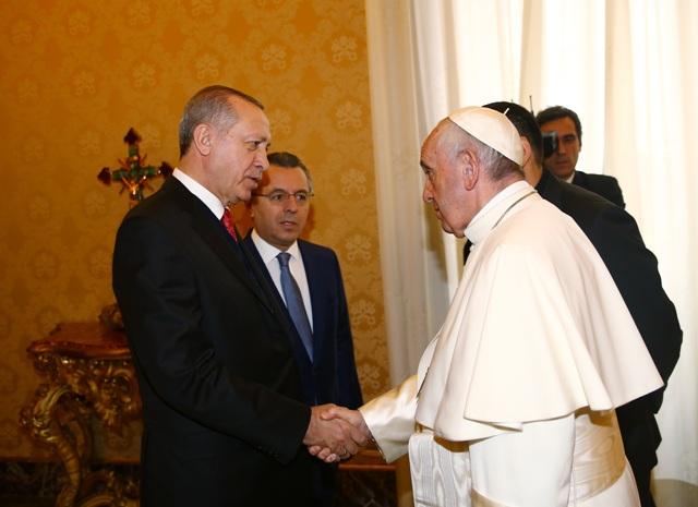 "Papa recibe a presidente turco y le entrega medallón con ""ángel de paz"""