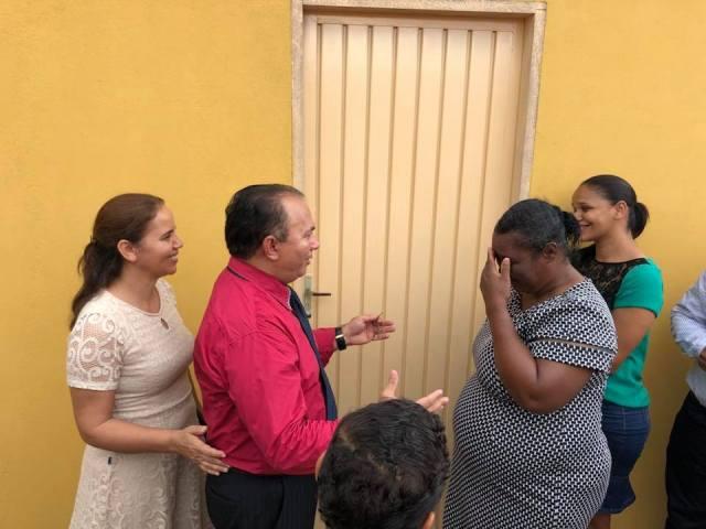 Iglesia reconstruye casa de anciana usando diezmos y ofrendas
