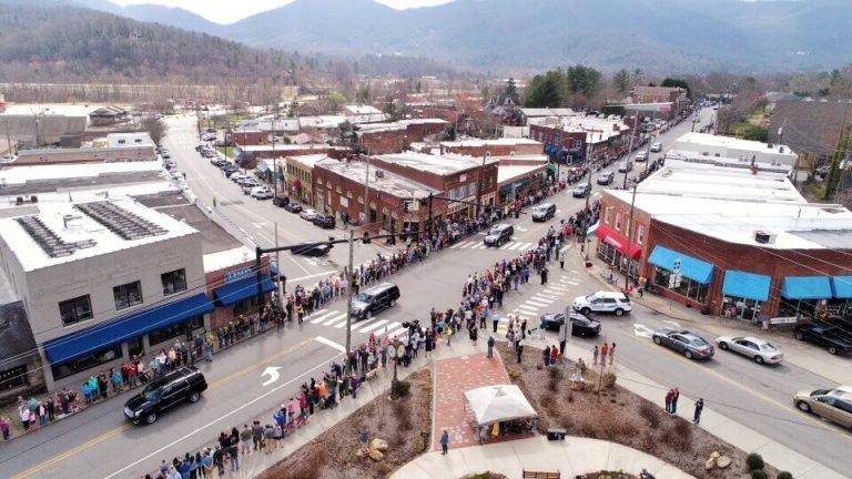 Cortejo fúnebre de Billy Graham acompañado por miles de personas a lo largo de 210 km