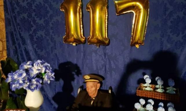 A los 117 años, el hombre más longevo de Brasil continúa yendo a la iglesia