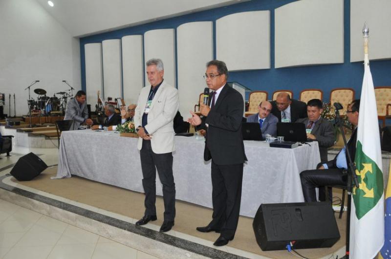Gobernador que mandó derribar iglesias aplaudido por Asamblea de Dios